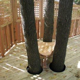 patio en bois et arbres
