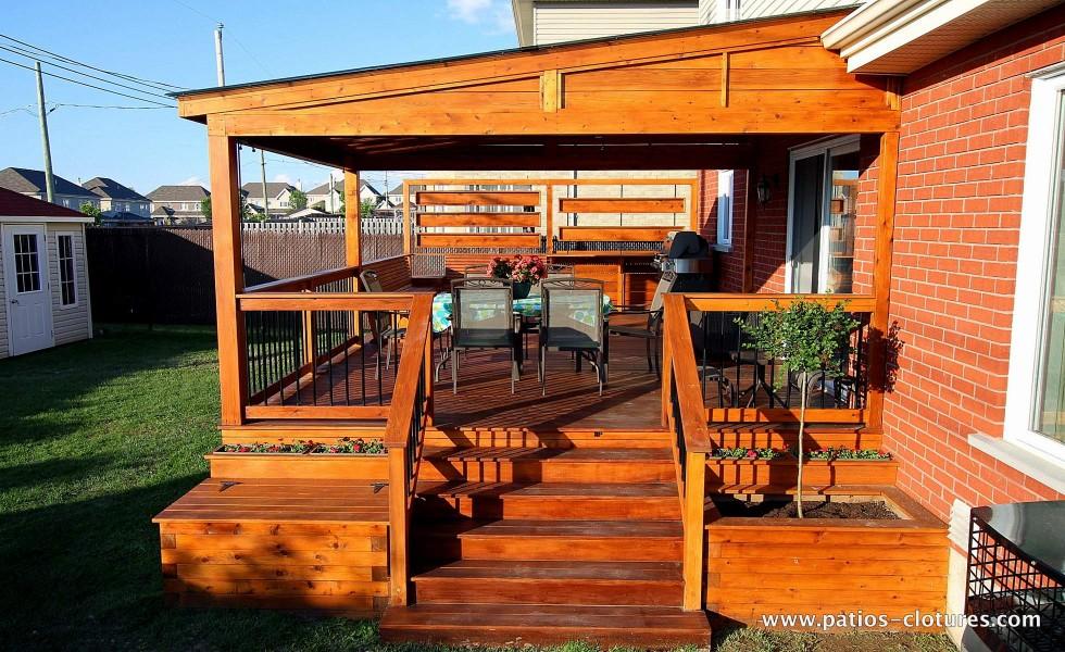 Escalier d'accès au patio avec pergola
