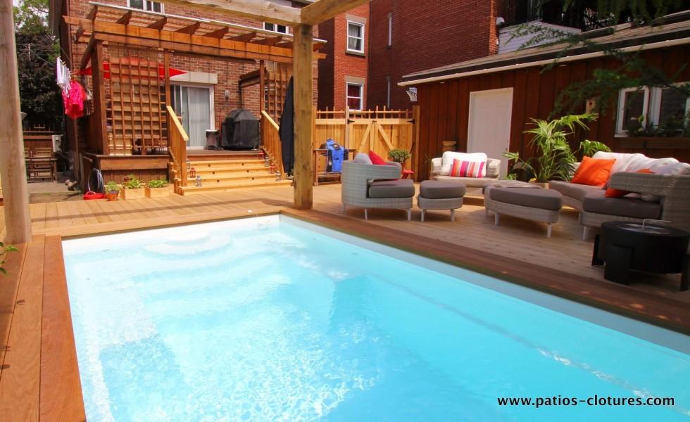 Une vue du coin lounge de l'autre côté de la piscine