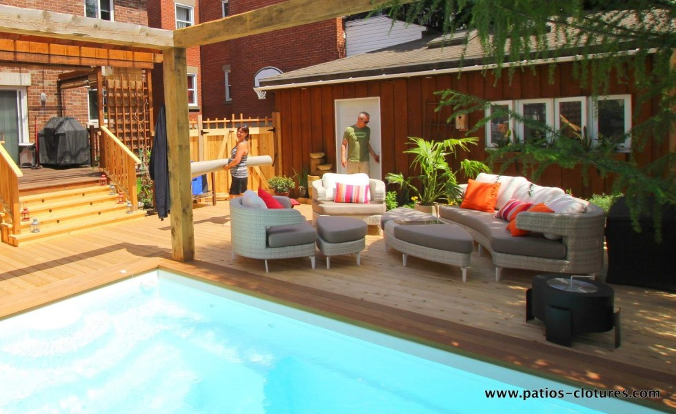 Un lounge confortable près de la piscine creusée
