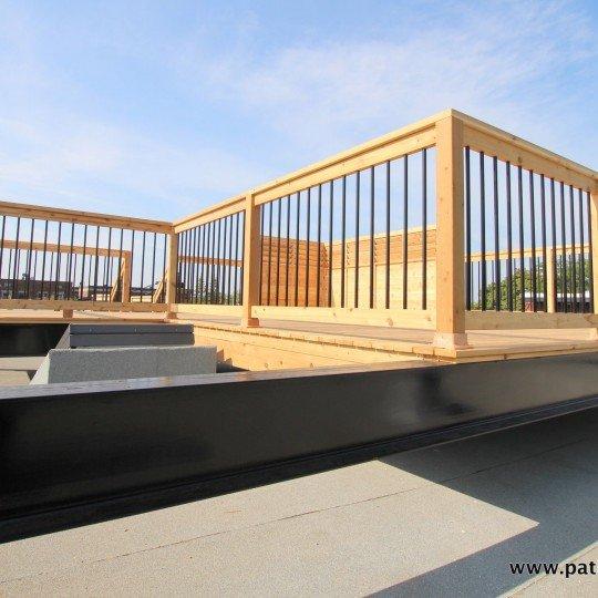 Terrasse sur le toit supportée par des poutres en acier