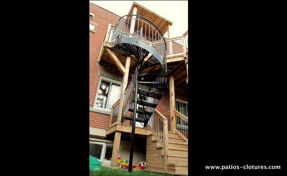 Escalier colimaçon en aluminium du premier étage au deuxième étage d'un patio à deux étages