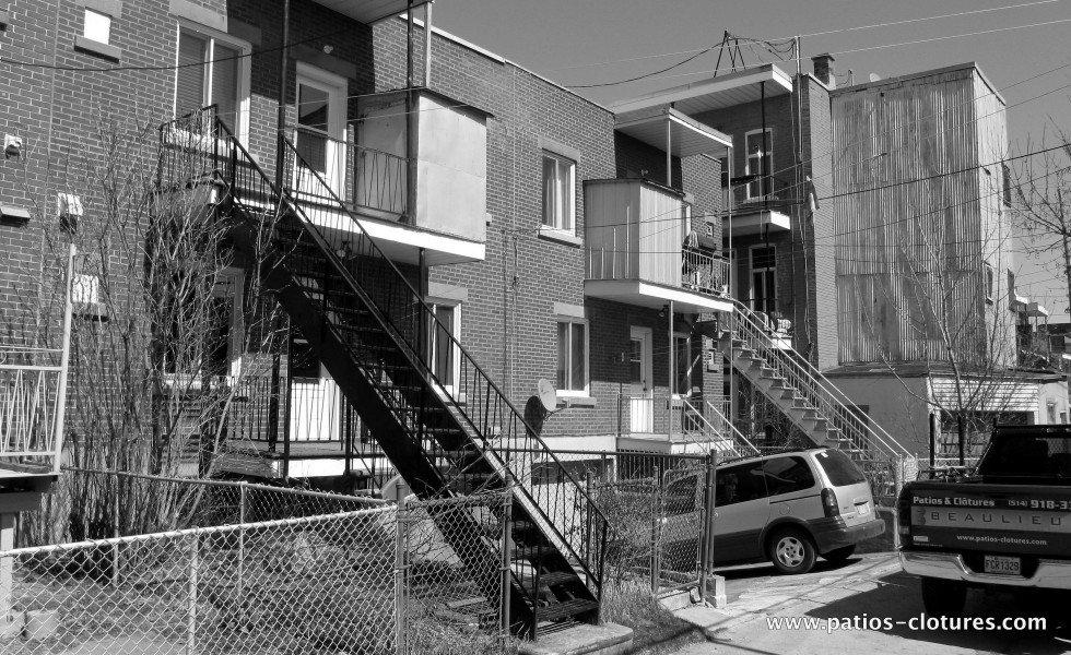 Deux balcons avec escalier droit - avant