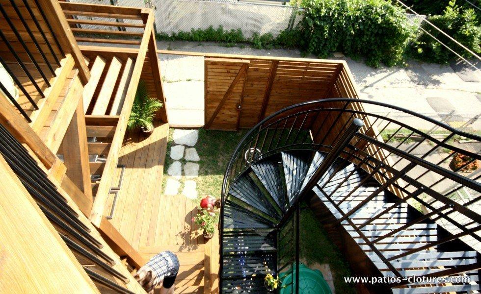 Escalier en colimaçon dans un petite cour de Montréal