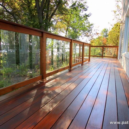Balcon avec plancher en ipé et rampe de cèdre rouge et panneaux de verre trempé